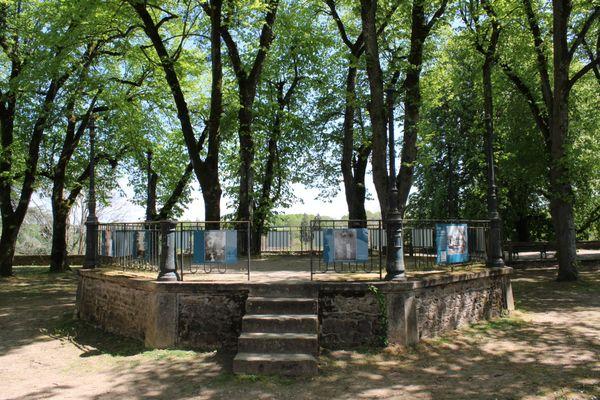 6o photos réalisées par Jenny de Vasson sont exposés à La Châtre dans l'Indre. Ici autour du kiosque de la place de l'Abbaye.