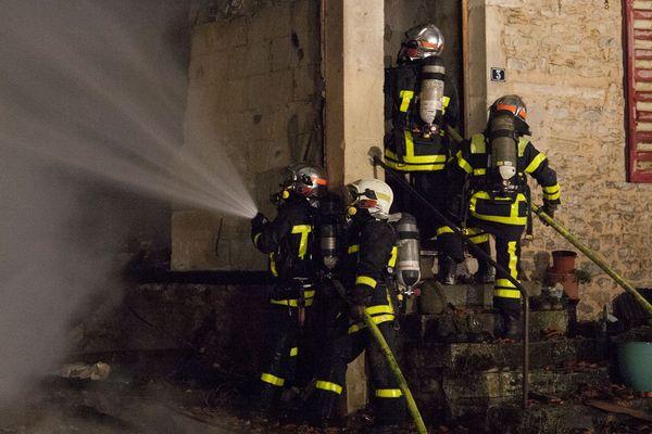 L'incendie s'est déclaré au 3, grande rue à Houdreville dans une maison d'habitation, pour une raison inconnue.