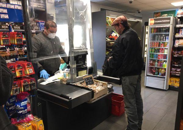 Protection sanitaire maximale dans cette épicerie de Caen où les habitants du quartier sont plus nombreux à venir malgré la baisse générale de fréquentation, conséquence du confinement.