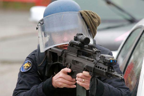 Gendarme du PSIG (Peloton de Surveillance et d'Intervention de la Gendarmerie) Sabre - illustration