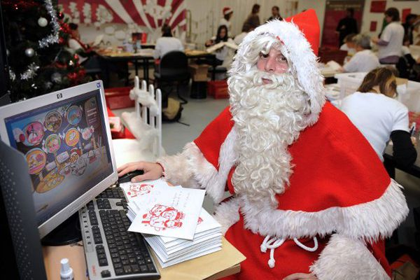 Le Père Noël répond en personne au courrier des enfants.