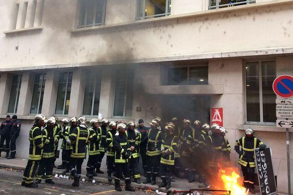 Ils ont rejoint la rue Rabelais, devant l'état major, où une délégation était reçue en début d'après-midi.