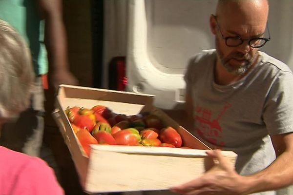 Arrivée des fruits et légumes par les membres du Baudet, supermarché participatif à Poitiers.