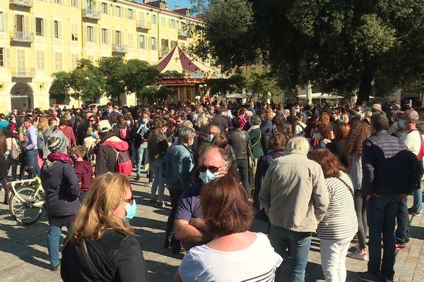 Plusieurs centaines de personnes se sont rassemblées à l'appel du syndicat enseignant SNES-FSU samedi 17 octobre place Garibaldi à Nice (Alpes-Maritimes).