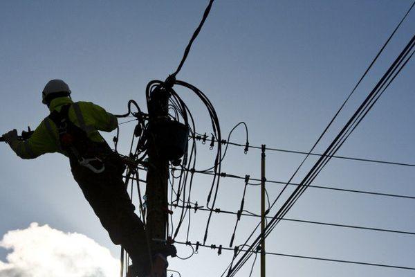 Techniciens de ERDF au travail après les vents violents en Normandie.