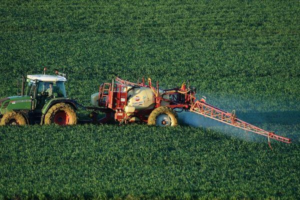 Pour les maires, l'épandage des produits phytosanitaires n'est pas assez réglementé, surtout à proximité d'habitations.