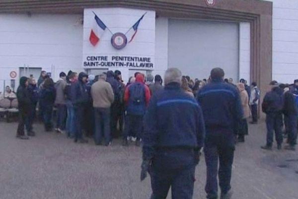 Un peu plus d'une soixantaine d'employés du centre pénitentiaire ont bloqué l'entrée de la prison