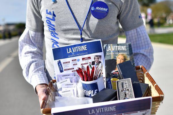 Aux Sables d'Olonne, les kits de campagne pour soutenir Marine Le Pen.
