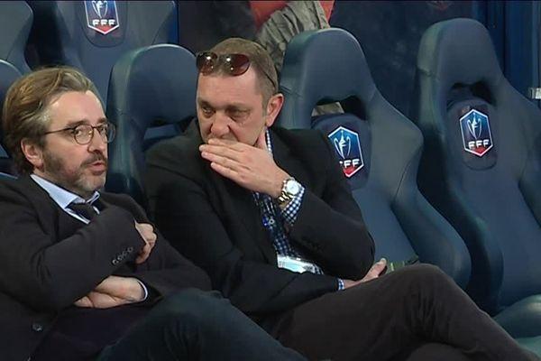 Pierre-Antoine Capton (à gauche), en conversation avec Xavier Gravelaine, le directeur général du Stade Malherbe le mercredi 18 avril avant la demi-finale de coupe de France Caen-Paris Saint-Germain.