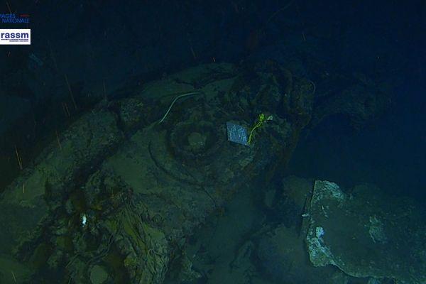 """La plaque de marbre signée """"Vos familles, vos frères d'armes, vos amis"""", a été installée ce week-end sur l'épave du sous-marin Minerve qui gît par 2.370 m de fond."""
