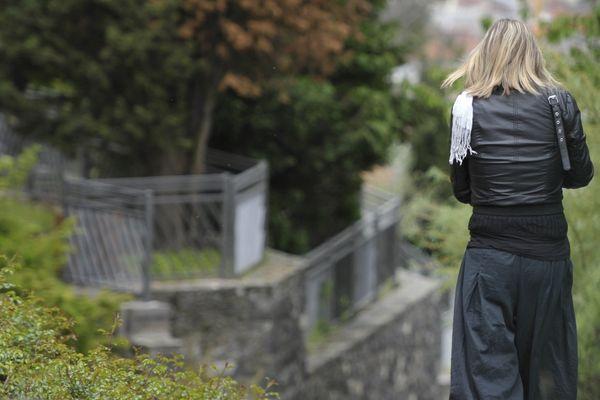 Dès le lendemain de la disparition de Fiona à Clermont-Ferrand, soit le lundi 13 mai 2013, les policiers suspectent le couple formé par Cécile Bourgeon, la mère, et Berkane Makhlouf, de ne pas leur dire la vérité.
