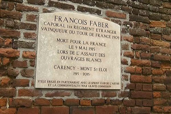 La plaque commémorative en l'honneur de François Faber, légionnaire mort au combat au Mont-Saint-Eloi et cycliste vainqueur du Tour de France en 1908.