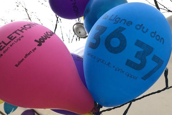 """La décoration du village du Téléthon de Reims : les ballons """"36 37"""", la ligne du don."""