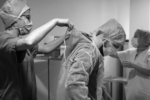 Avant d'entrer dans l'hôpital, Kevin Rouschausse a été équipé pour ne prendre aucun risque face au virus.