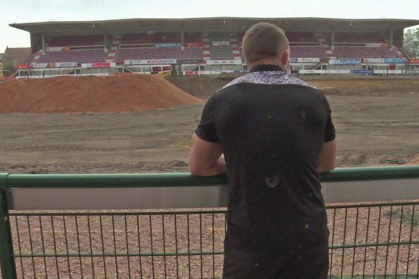 11 juin 2021 : tas de terre au pied des tribunes et travaux en cours pour le remplacement de la pelouse du stade Robert Diochon de Rouen