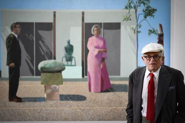 L'artiste britannique David Hockney pose devant l'un de ses tableaux au centre Pompidou.
