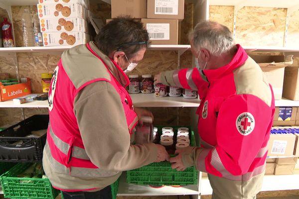 Les bénévoles de la Croix Rouge préparent les repas de réveillon de la Saint-Sylvestre pour les plus démunis.