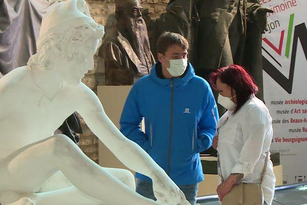 C'est désormais la nouvelle règle pour pouvoir rentrer au musée : port du masque obligatoire. Pour éviter tout risque de contamination, les visites groupées ont été suspendues.
