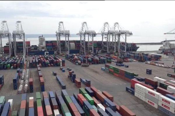 Vue du port du Havre avec ses rangées de conteneurs.