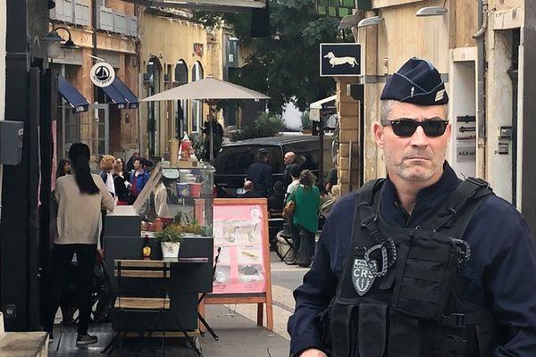 Claude Chossat, dans le fourgon noir, arrive au palais de justice d'Aix-en-Provence pour la première journée de son procès