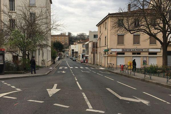 Ce carrefour d'ordinaire embouteillé sur les hauteurs de Lyon s'est vidé. Où sont passées les voitures ?