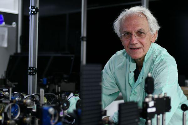 Gérard Mourou dans son laboratoire de l'école Polytechnique, à Palaiseau. Le prix Nobel de physique 2018 est aussi diplômé de l'université de Grenoble.