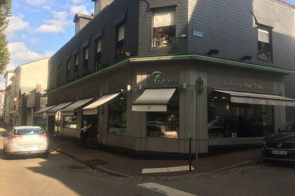 Un homme blessé par balle s'est réfugié dans cette boulangerie à Petit-Quevilly, près de Rouen.
