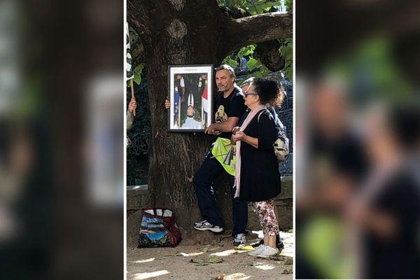 """Le maire de Vienne (LR) a """"prêté"""" le portrait de Macron aux """"gilets jaunes"""" qui manifestaient ce samedi."""