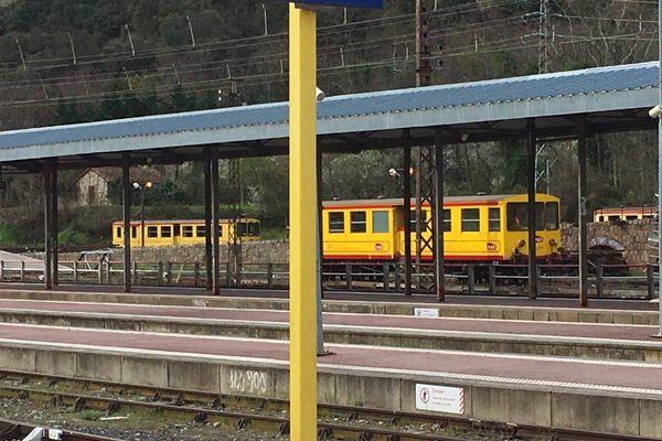 Le train jaune à Villefranche-de-Conflent dans les Pyrénées-Orientales