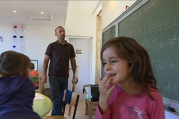 Les enfants, 15 par classe, apprennent sans contrainte dans l'école associative de Monclus