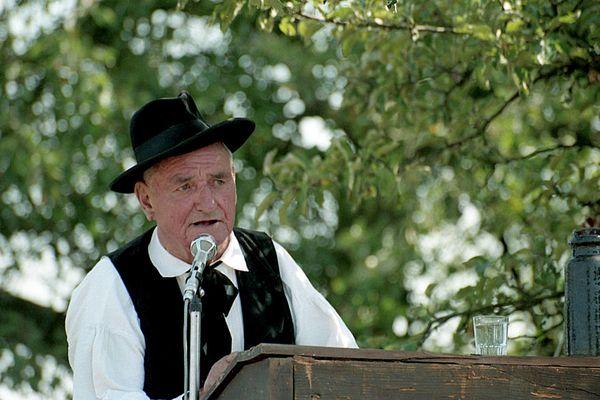 Pierre Specker en train de commenter une scène en 1993