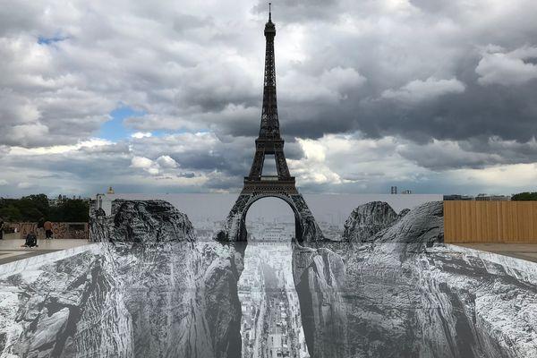 L'artiste JR a imaginé un précipice sous la Tour Eiffel.