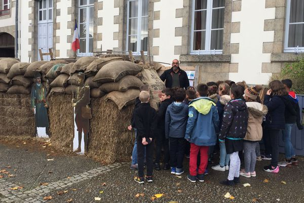 Pierre-Laurent Constantin, médiateur du patrimoine d'Hennebont échange avec des élèves du primaire, sur la vie des soldats dans les tranchées