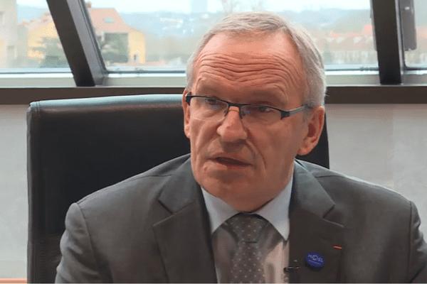 Incompréhension, colère et inquiétude pour l'emploi de Patrick Weiten, président du département de Moselle, après l'annonce du projet de mise en vente de l'usine Smart à Hambach par Daimler-Benz