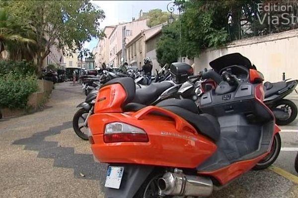 10/10/14 - Deux-roues mal garés à Ajaccio, attention aux PV !