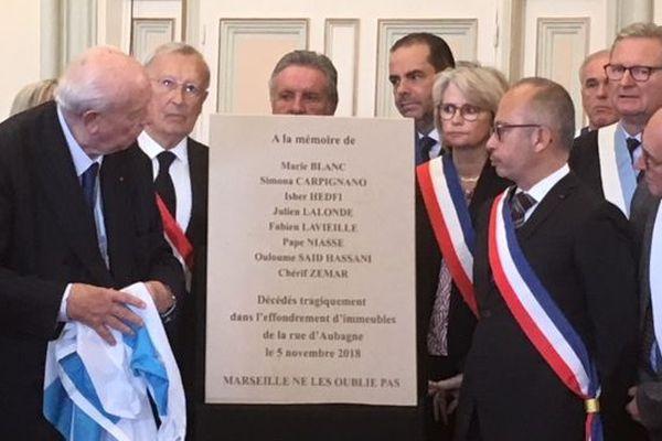 Plaque commémorative à la mémoire des victimes de la rue d'Aubagne, dévoilée ce matin par Jean-Claude Gaudin
