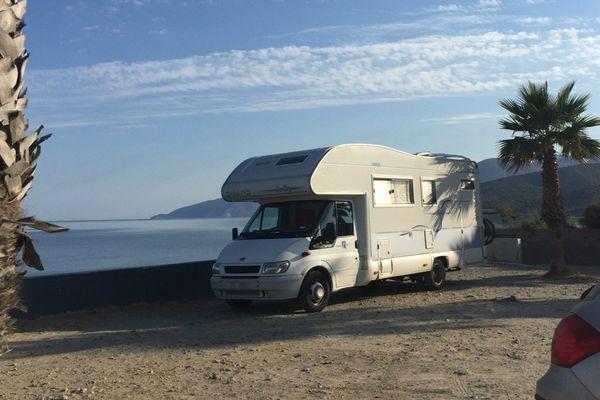 Un camping-car stationné sur un parking à Saint-Florent (Haute-Corse).