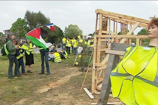 Les gilets jaunes tentent de reconstruire une cabane à Poitiers