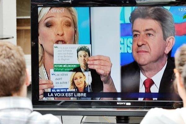 Marine Le Pen montrant sur France 3 le faux tract de Jean-Luc Mélenchon.