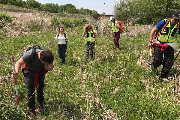 La famille de Tiphaine Véron et les spécialistes recherchent le moindre indice près de la rivière.