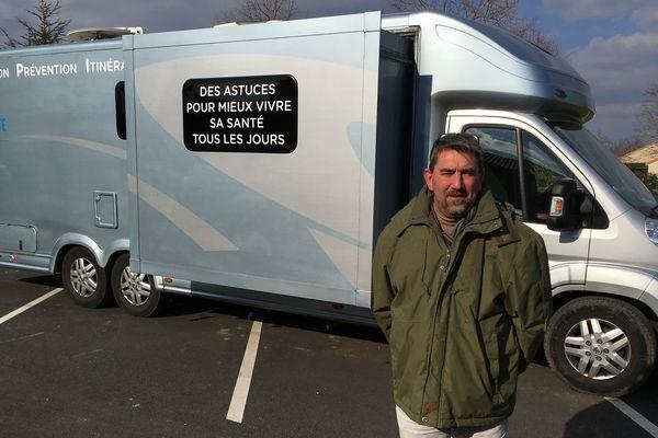 Xavier Debande est co-fondateur de l'association Proxisanté dont dépend le bus itinérant.