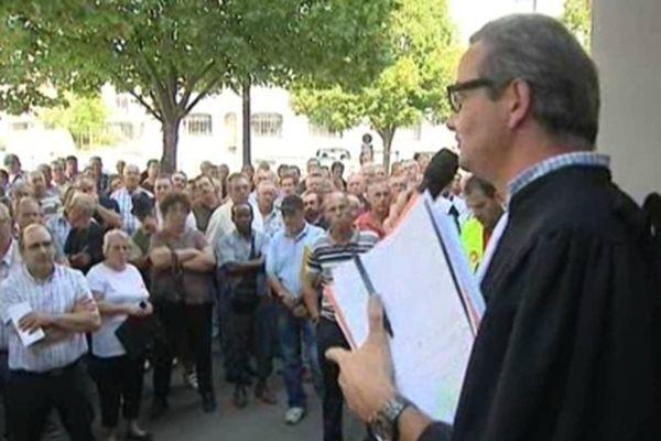 Les ex-Matra et leur avocat devant le tribunal des Prud'hommes de Blois (archives)