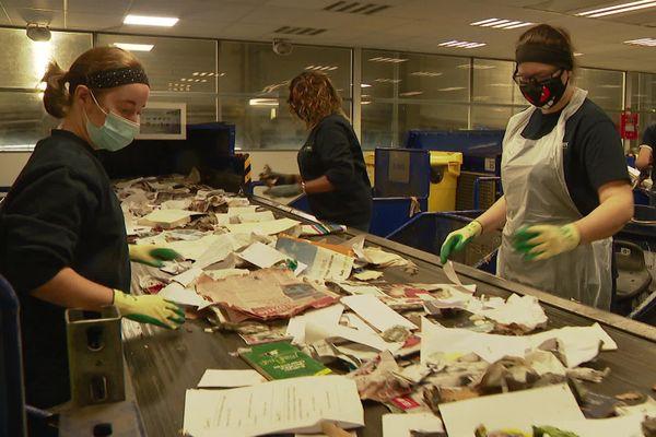 Les agents retirent les masques qui peuvent provoquer un bourrage de la machine.