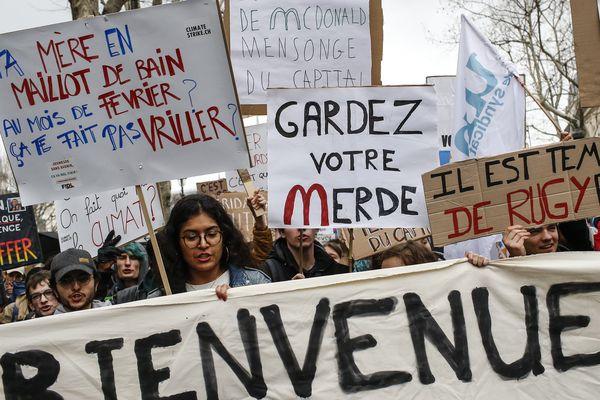 A Paris, lycéens et étudiants marchent pour le climat toutes les semaines.