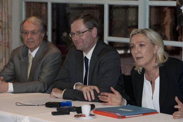 Marine Le pen mardi 11 février 2014 à Sablé sur Sarthe, Louis Nogues est à gauche de la photo
