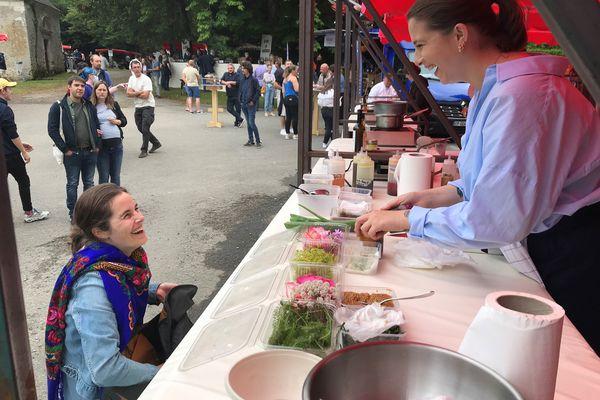 """Sarah Mainguy, finaliste Top Chef 2021, invitée à cuisiner au marché """"le Champ des producteurs"""" de Vertou près de Nantes le 11 juillet 2021"""