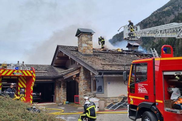 Un chalet s'est embrasé à Thônes (Haute-Savoie) le 5 avril 2021, provoquant un important dégagement de fumée.