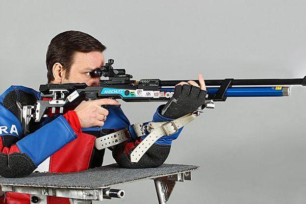 Christophe Tanche, en position de tir à 10 mètres.