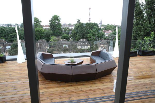 Pour se détendre, les 120 salariés bénéficient d'un rooftop avec vue imprenable sur la Cité Ungemach, le Tivoli et au loin la cathédrale de Strasbourg.
