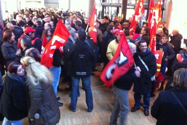 Plusieurs centaines de manifestants envahissent le hall de la mairie de Bourges, le 5 février.